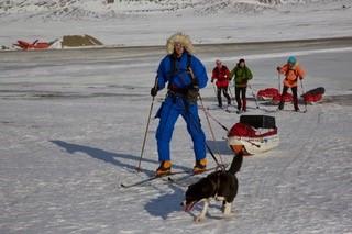 Forrest Eric fra Polar Explorers med isbjørnehund. Bagved: Henrik, Arne og Claus, alle på ski
